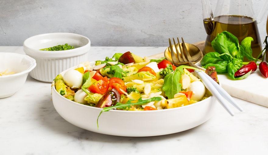 Pasta fredda, pesto di rucola, pomodori e insalata di carne