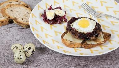 Hamburger con uova di quaglia e cipolle caramellate